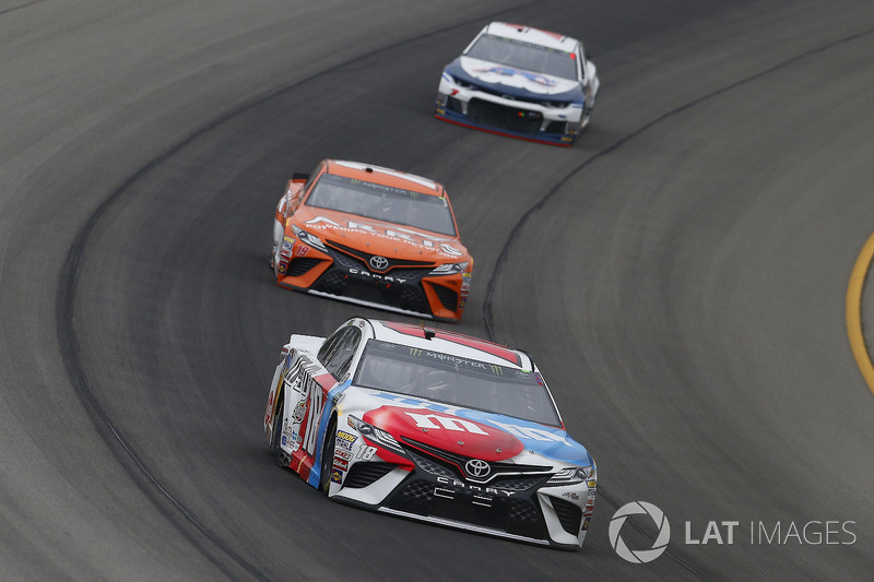 Kyle Busch, Joe Gibbs Racing, Toyota Camry M&M's Red White & Blue e Daniel Suarez, Joe Gibbs Racing, Toyota Camry ARRIS