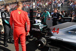 Sebastian Vettel, Ferrari on the grid looking at the car of Lewis Hamilton, Mercedes-AMG F1 W09 EQ Power+