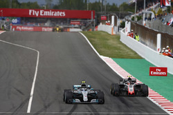 Valtteri Bottas, Mercedes AMG F1 W09, Kevin Magnussen, Haas F1 Team VF-18