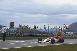 Alain Prost, McLaren MP4/4, prende la bandiera a scacchi