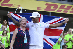 2017 World Champion Lewis Hamilton, Mercedes AMG F1 celebrates with his mother Carmen Lockhart and team