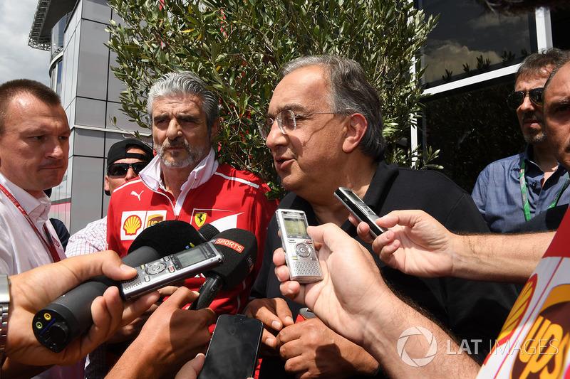 Серджіо Маріконне, генеральний директор FIAT, розмовляє зі ЗМІ