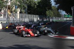 Старт гонки: Кими Райкконен, Ferrari SF70H, и Валттери Боттас, Mercedes AMG F1 W08