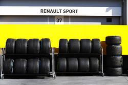 Nasse Reifen im Fahrerlager