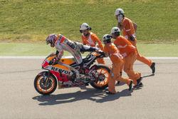 Marc Marquez, Repsol Honda Team avec des commissaires après sa chute