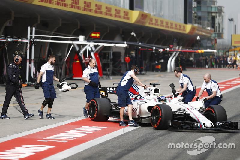 Il team Williams riporta Felipe Massa, Williams FW40, nel box