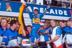 Campeón del mundo Michael Schumacher celebra el equipo Benetton, Tom Walkinshaw y Flavio Briatore