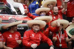 Teammanager Yves Matton feiert mit den Mitgliedern des Citroën World Rally Teams