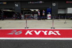 Надпись перед гаражом Даниила Квята, Scuderia Toro Rosso