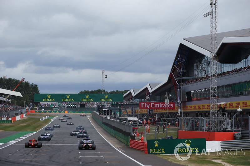 Daniel Ricciardo, Red Bull Racing RB13, Stoffel Vandoorne, McLaren MCL32, line up at the back of the
