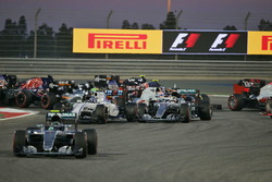 Start actie: Nico Rosberg, Mercedes AMG F1 Team W07, Valtteri Bottas, Williams FW38 en Lewis Hamilto