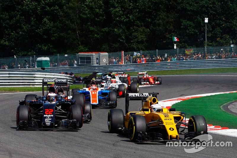 Kevin Magnussen, Renault Sport F1 Team; Jenson Button, McLaren