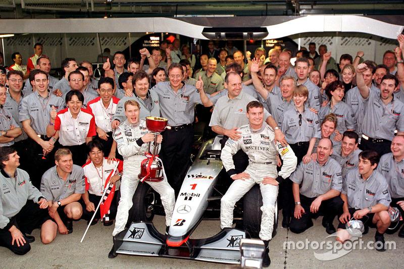 El equipo McLaren celebran haber ganado el Campeonato de constructores con el nuevo campeón del mund