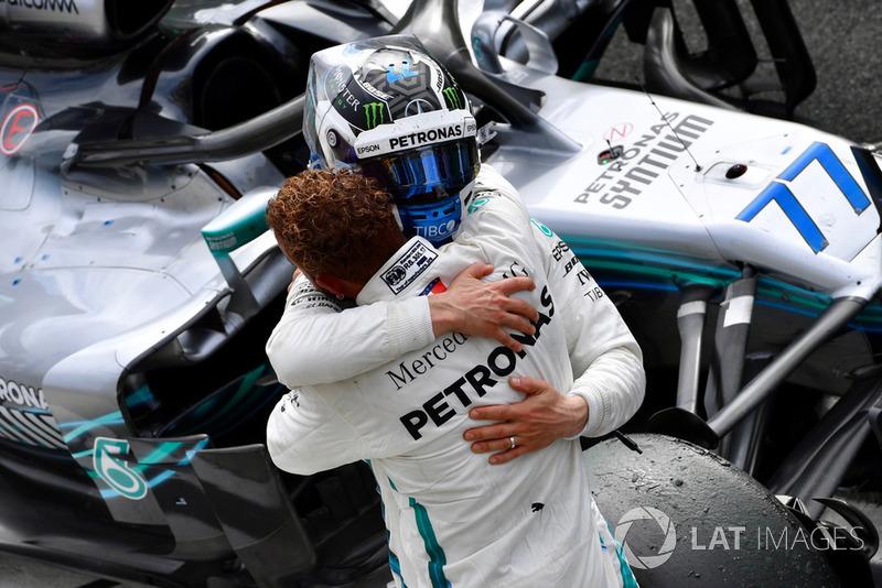 Valtteri Bottas, Mercedes AMG F1 y Lewis Hamilton, Mercedes AMG F1 celebran en parc ferme