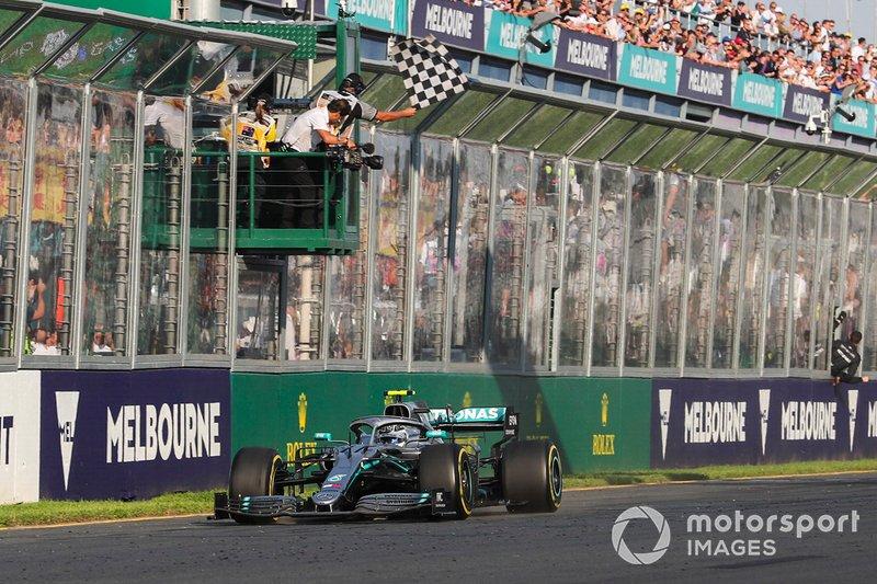 Ganador Valtteri Bottas, Mercedes AMG W10 cruza la meta