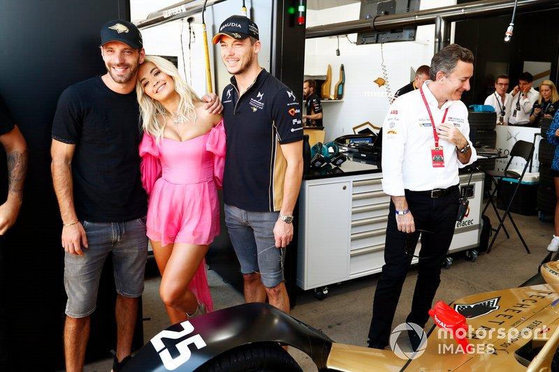 La cantante Rita Ora con Jean-Eric Vergne, DS TECHEETAH, Andre Lotterer, DS TECHEETAH nel garage