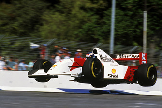 Mika Hakkinen, a mezz'aria con la sua Mclaren MP4/8 alla curva Malthouse