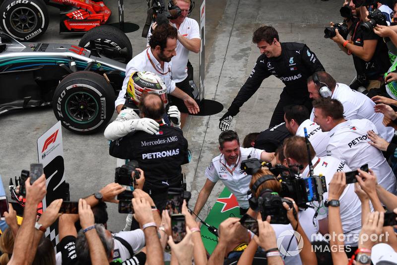 Lewis Hamilton, Mercedes AMG F1 fait tomber les barrières en fêtant sa victoire avec son équipe