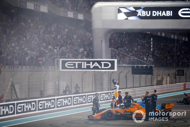 Fernando Alonso, McLaren MCL33, saluta i tifosi al termine della sua ultima gara in F1