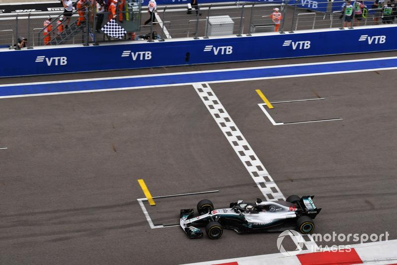Il vincitore della gara Lewis Hamilton, Mercedes-AMG F1 W09, taglia il traguardo e prende la bandiera a scacchi
