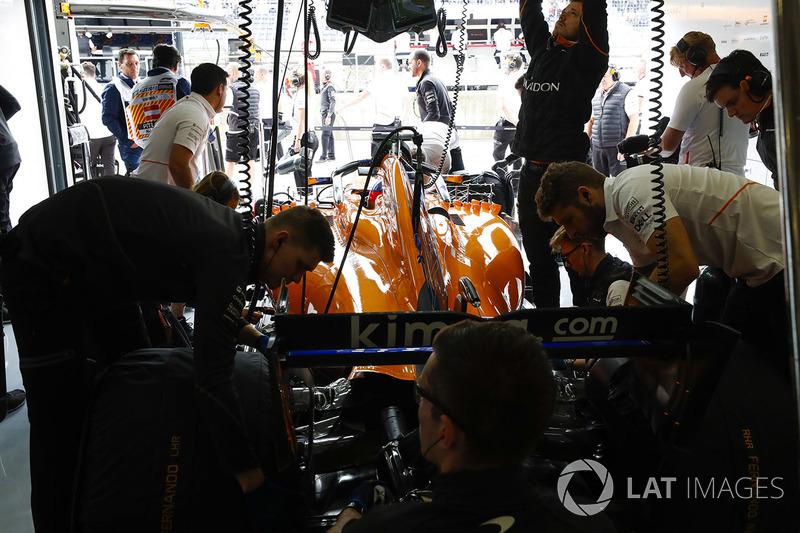 Los ingenieros trabajan en el coche de Fernando Alonso, McLaren MCL33