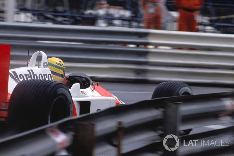 Рон Деннис по радио призвал лидера гонки сбавить темп и гарантировать McLaren дубль, но Айртон продолжал мчасться вперед на скорости, недостижимой для других участников гонки.