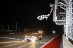 Checkered flag for #911 Herberth Motorsport, Porsche 991 GT3 R: Daniel Allemann, Ralf Bohn, Robert Renauer, Alfred Renauer