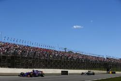 Пьер Гасли, Scuderia Toro Rosso STR12, и Льюис Хэмилтон, Mercedes AMG F1 W08