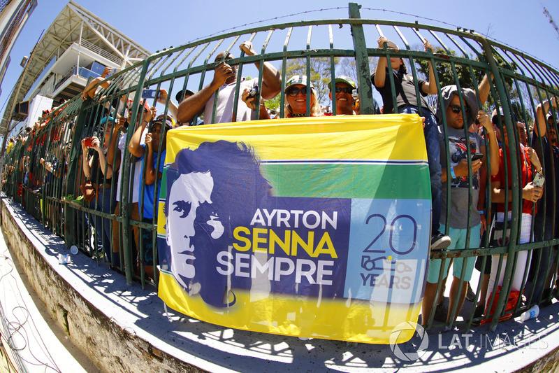 Taraftarlar ve Aryton Senna bayrağı