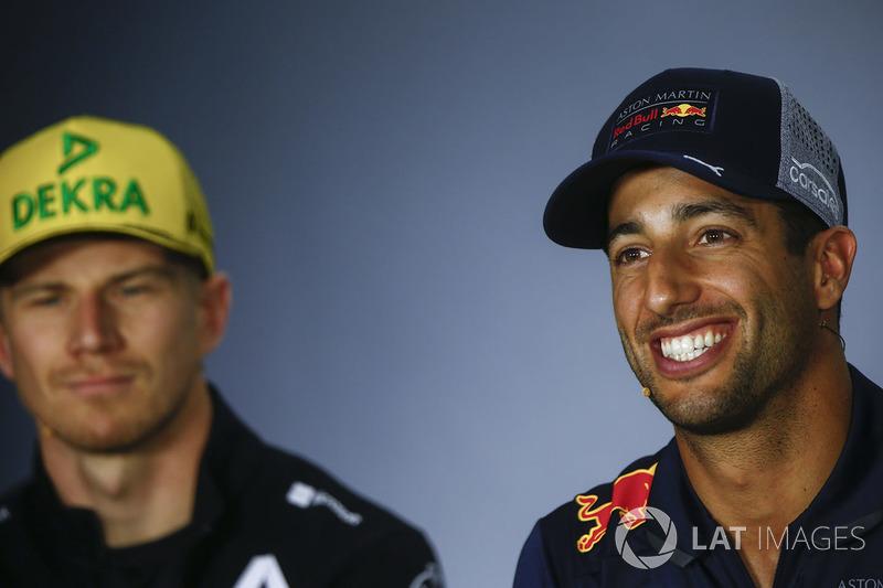 Nico Hulkenberg, Renault Sport F1 Team, ve Daniel Ricciardo, Red Bull Racing