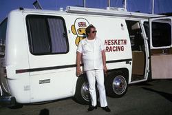 Lord Alexander Hesketh afuera de su nuevo motorhome