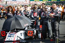 Ingenieros con el coche de Kevin Magnussen, Haas F1 Team VF-18