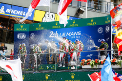 Algemeen podium: winnaars Sébastien Buemi, Kazuki Nakajima, Fernando Alonso, Toyota Gazoo Racing, tweede plaats Mike Conway, Kamui Kobayashi, Jose Maria Lopez, derde plaats Mathias Beche, Gustavo Menezes, Thomas Laurent, Rebellion Racing