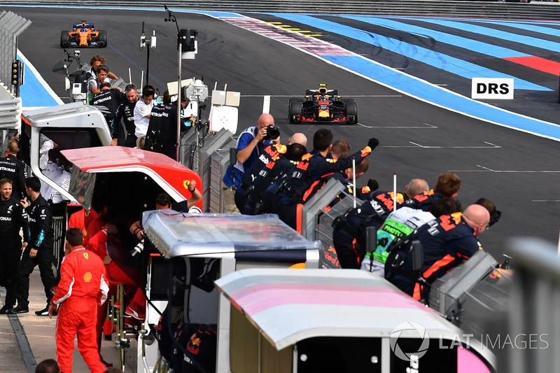 Max Verstappen, Red Bull Racing RB14 franchit la ligne