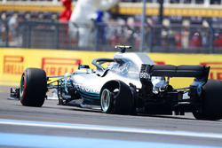 Valtteri Bottas, Mercedes AMG F1 W09, with a puncture
