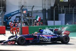 Pierre Gasly, Scuderia Toro Rosso STR12 stops on track in FP3