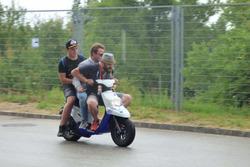 Stefano Comini en scooter avec des fans