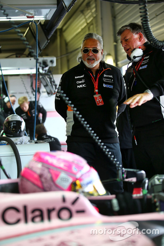 Dr. Vijay Mallya, Force-India-Teambesitzer Otmar Szafnauer, Force-India-Betriebsdirektor