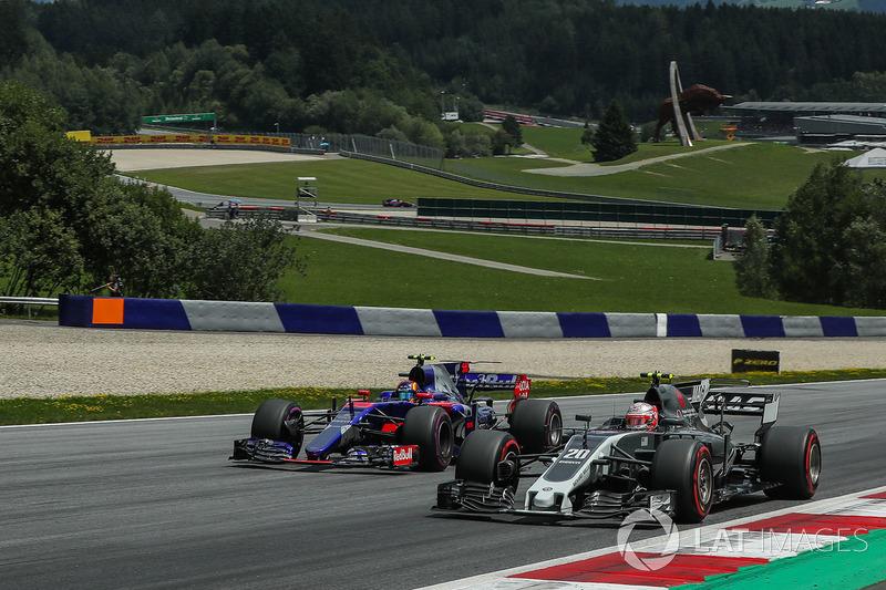 Кевін Магнуссен, Haas F1 Team VF-17, Карлос Сайнс-молодший, Scuderia Toro Rosso STR12, боротьба за позицію