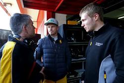 Технический директор Renault Sport F1 по шасси Ник Честер, гонщики команды Нико Хюлькенберг и Сергей Сироткин