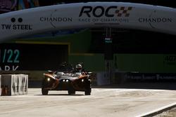 Sebastian Vettel maneja el Polaris Slingshot SLR