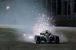 Lewis Hamilton, Mercedes AMG F1 W08, met vonken