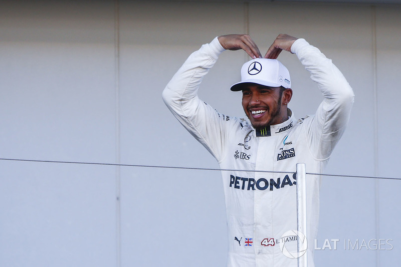 Lewis Hamilton, Mercedes AMG F1, salutes Sir Mo Farah from the podium