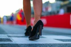 Shoe of grid girl