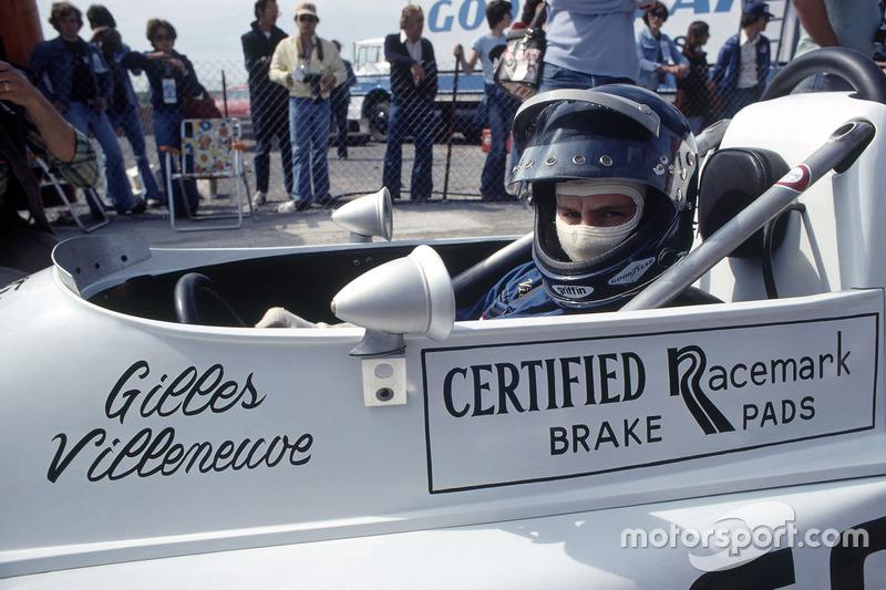 Gilles Villeneuve, March 76B-Ford BDA, con un nuevo diseño de casco en su cabina