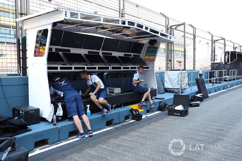 Williams mechanics prepare the pit wall gantry