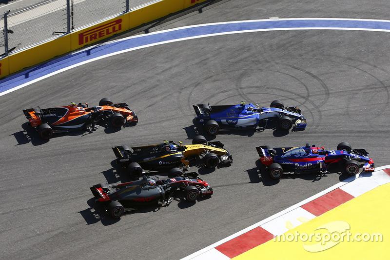 Romain Grosjean, Haas F1 Team VF-17, Jolyon Palmer, Renault Sport F1 Team RS17