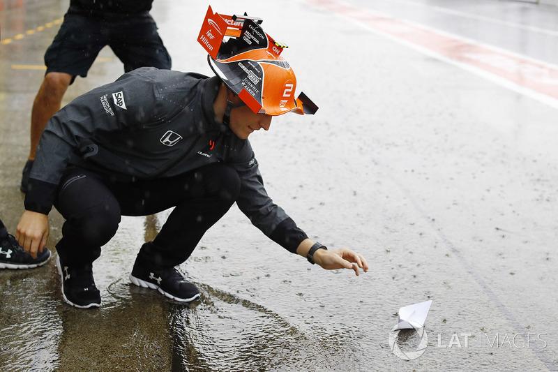 Stoffel Vandoorne, McLaren, joue avec un bateau en papier dans la voie des stands
