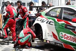 Les mécaniciens de Tiago Monteiro, Honda Racing Team JAS, Honda Civic WTCC travaillent sur la voiture après l'accident.