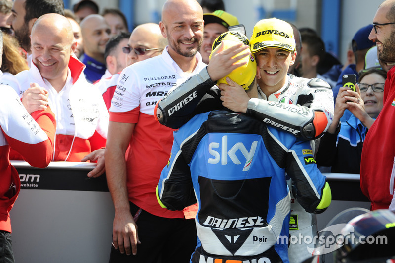 Yarış galibi Francesco Bagnaia, Aspar Team Mahindra ve üçüncü sıra Andrea Migno, Sky Racing Team VR4